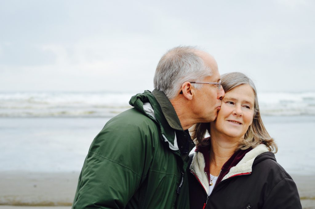 pareja mayor besandose