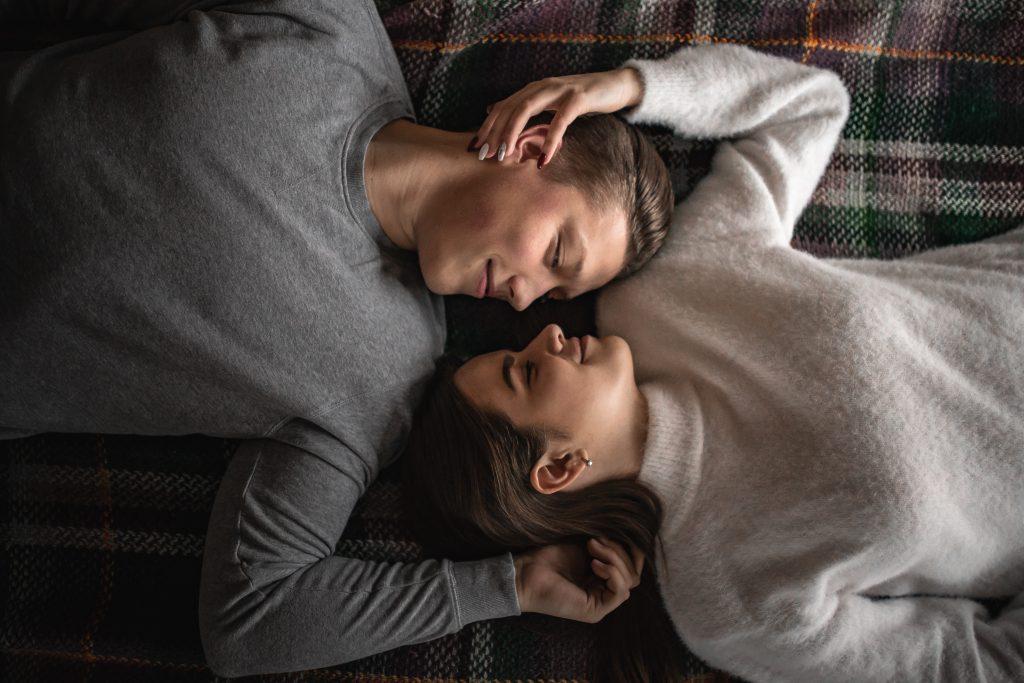 enamorados en la cama
